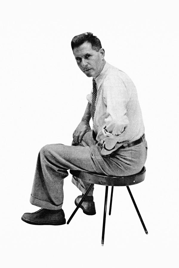 Jean Prouvé en un taburete núm. 307 hacia 1952. Colección Centre Pompidou. © Jean Prouvé, VEGAP, Barcelona, 2021.