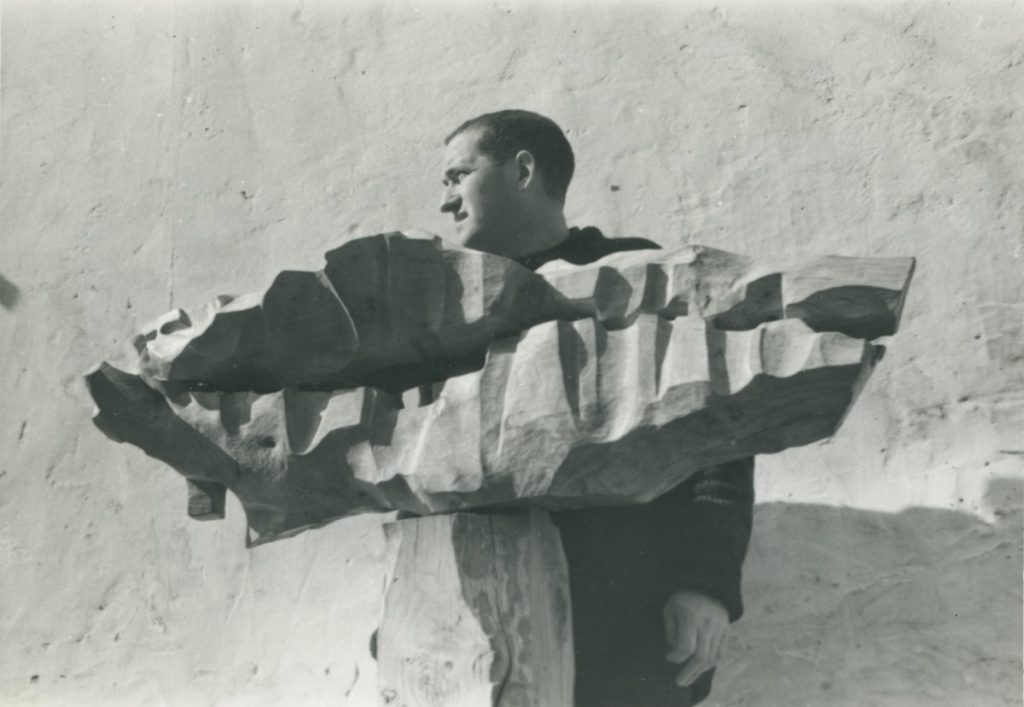 Mendiburu junto a 'Enbor barru', mediados de la década de 1960. Fografía: Luis Vallet. Archivo Mendiburu.