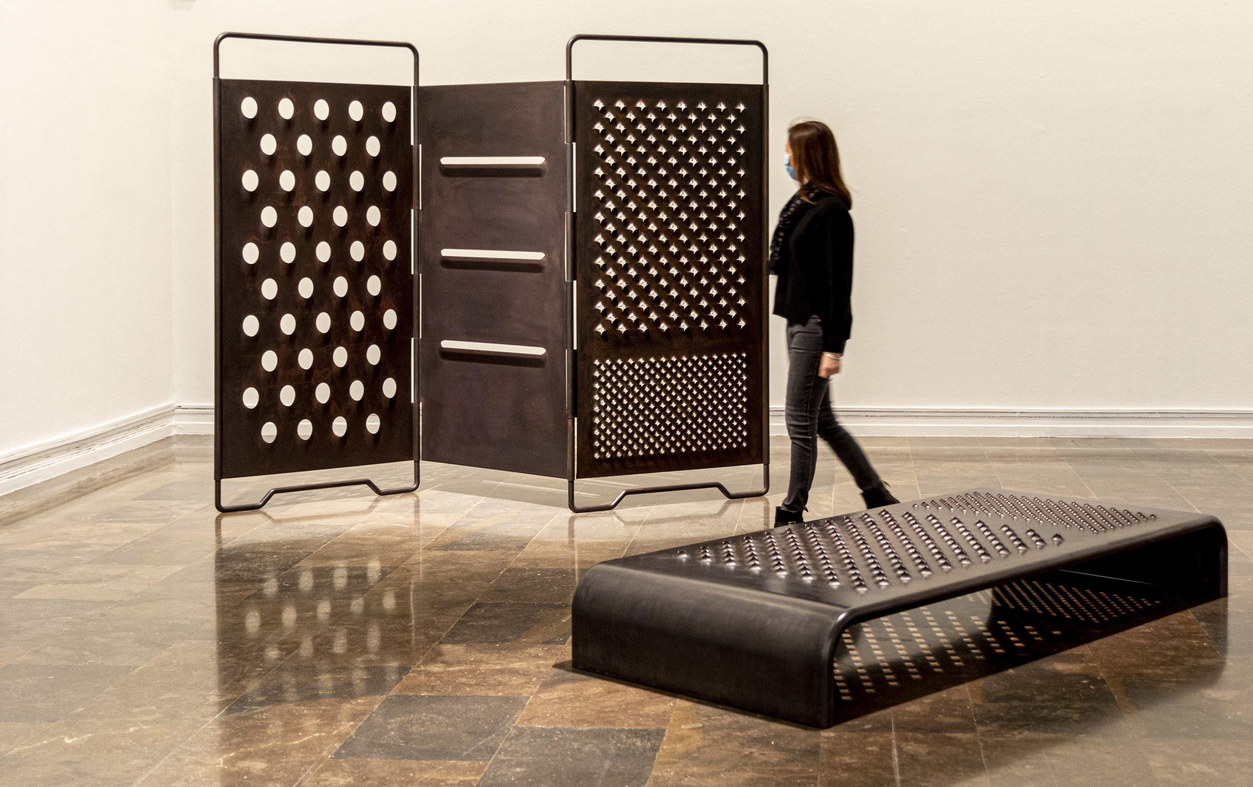 El IVAM presenta la exposición 'Mona Hatoum'. 'Paravent', 2008, y 'Daybed', 2008. Fotografía: Miguel Lorenzo.