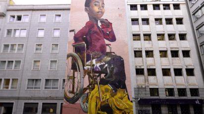 Mural de Case Maclaim junto a la Puerta del Sol. 'The Fabulous Tale Of Being Different'.