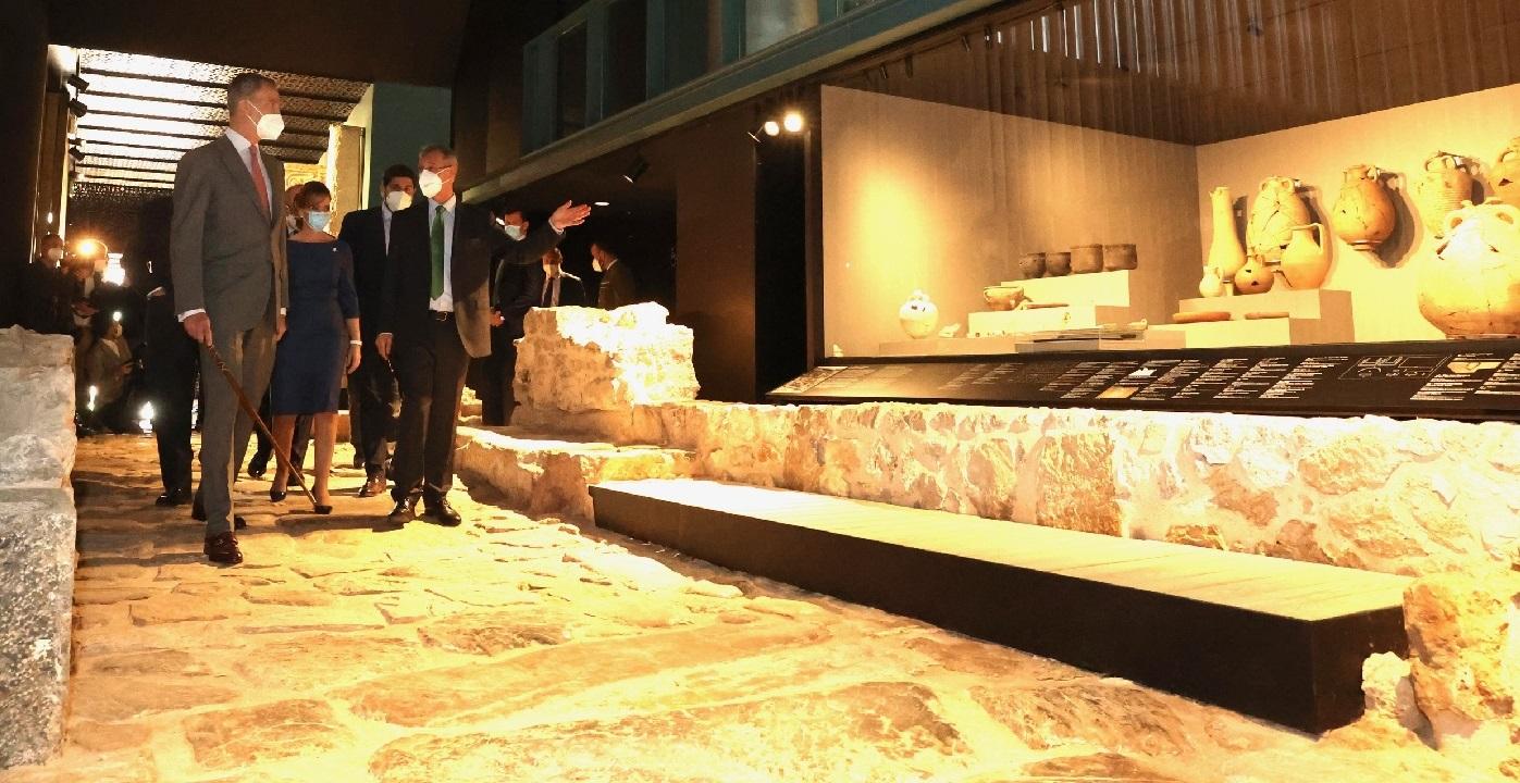 El Rey acompañado por las autoridades asistentes al acto durante su recorrido por el Museo. © Casa de S.M. el Rey.