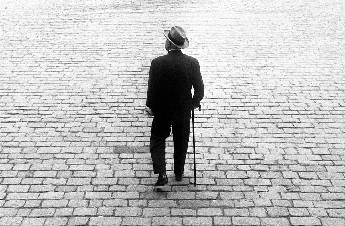 «Un señor en Barcelona». 1959. @Arxiu Leopoldo Pomés.