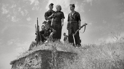 """Ángel Cortés Gracia. Operaciones militares en Almudévar (Huesca).""""Valiente señorita de Falange Española que junto a sus camaradas estuvo en las operaciones"""". 'Amanecer', 16 de agosto de 1936."""