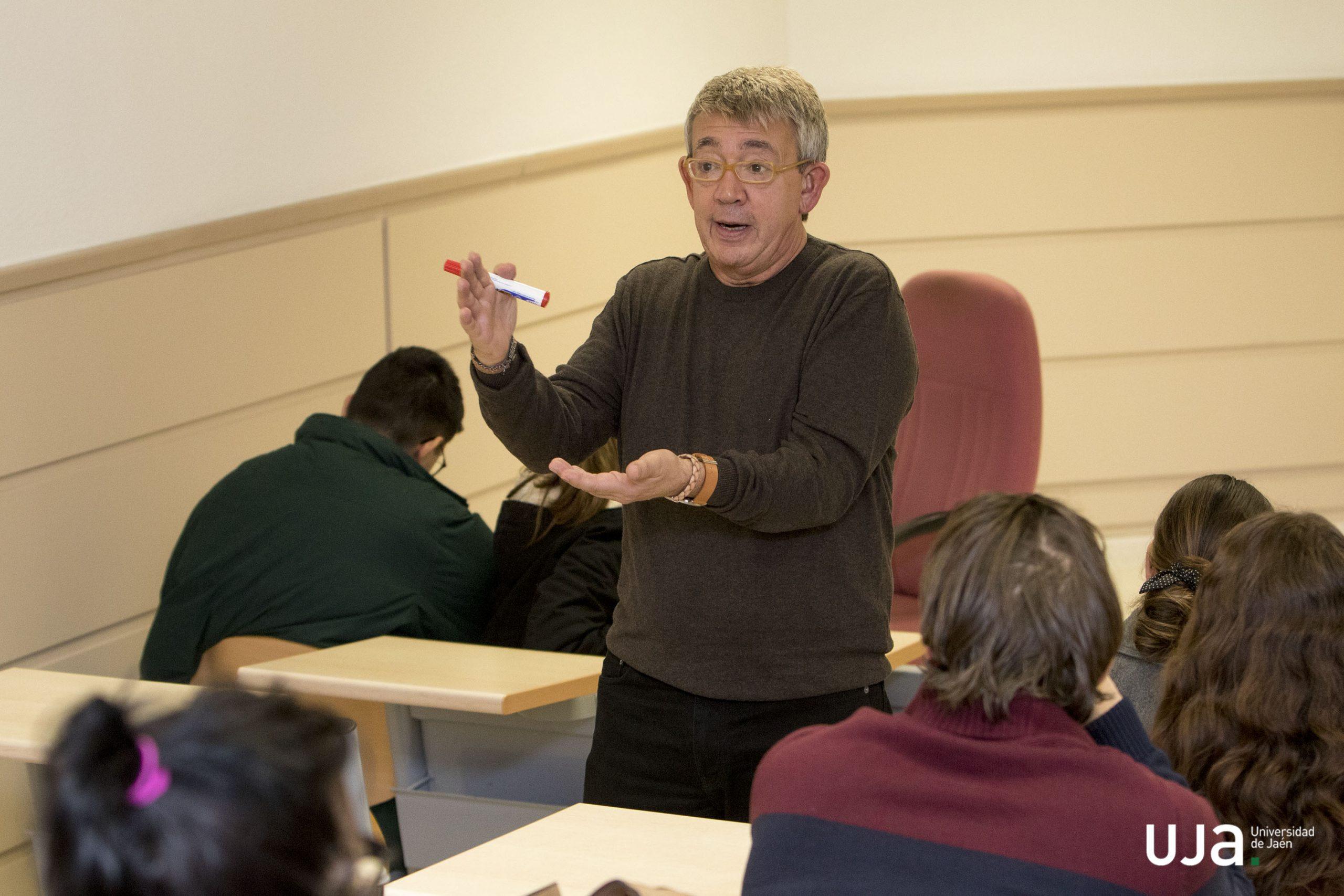 Guillermo Busutil impartiendo un taller de escritura narrativa en la Universidad de Jaén en 2019. Foto: Fernando Mármol. Cortesía de la Universidad de Jaén.