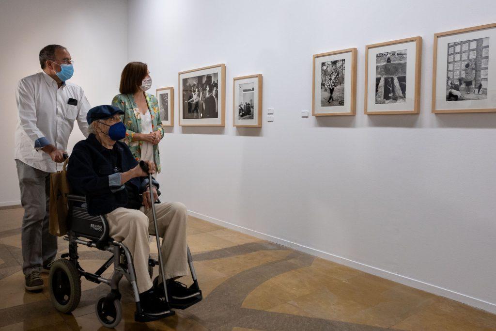 Chema Conesa y Sara Fernández acompañan a Ramón Masats en su visita a la exposición. Foto: Miguel G. García