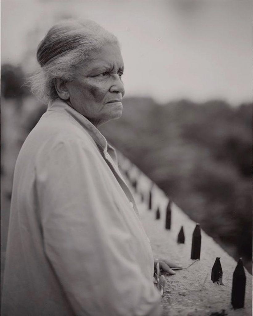 Judith Joy Ross. Lois Adele America Merriweather Armstrong mirando el perfil de Manhattan, Reserva de Eagle Rock, West Orange, Nueva Jersey, 18 de septiembre de 2001. © Judith Joy Ross, courtesy Galerie Thomas Zander.