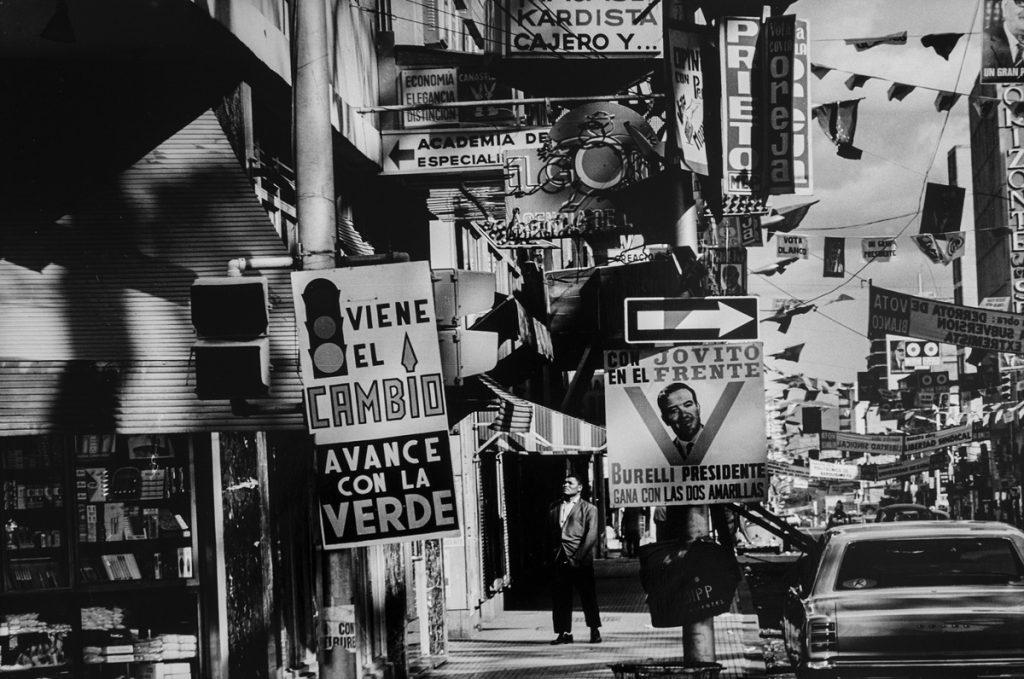 Paolo Gasparini. Campaña electoral, avenida Urdaneta, Caracas, 1968 [de la serie Estudio Caracas]. Colecciones Fundación MAPFRE. © Paolo Gasparini.