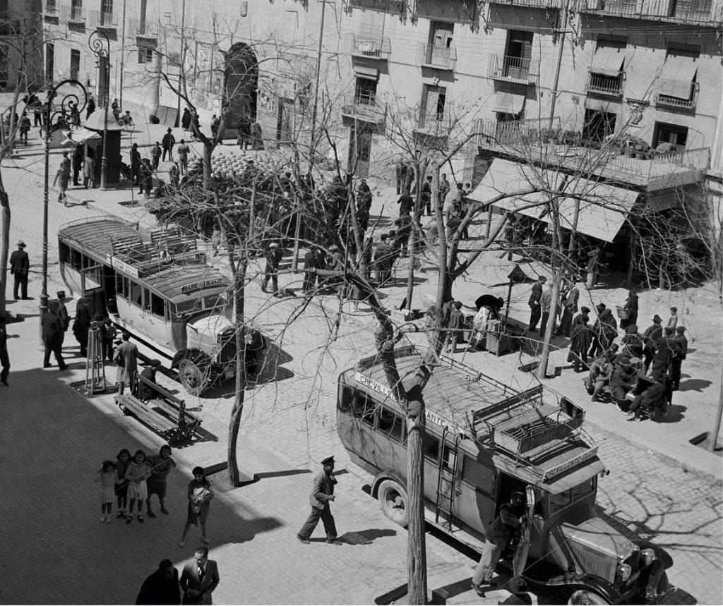 1935, autobuses en una plaza de Elche. Foto © Pierre Verger. Archivo Fundação Pierre Verger.