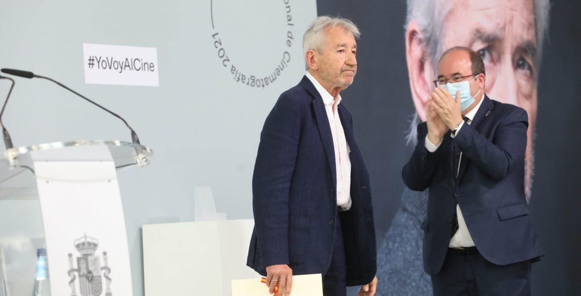 José Sacristán recibe el Premio Nacional de Cinematografía de manos de Miquel Iceta.